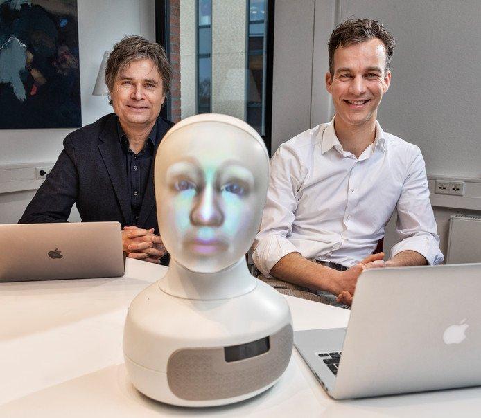Jan Kwint en Ivo Winkes met in het midden LTP-robot Sigmund. © Marco Okhuizen